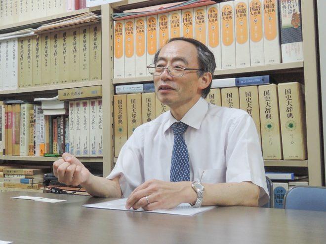 ゼミの古郡康人先生。日本近代文学を専門に研究されている方です。