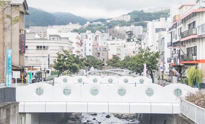 湯泉神社から徒歩10分ほどの糸川下流周辺。
