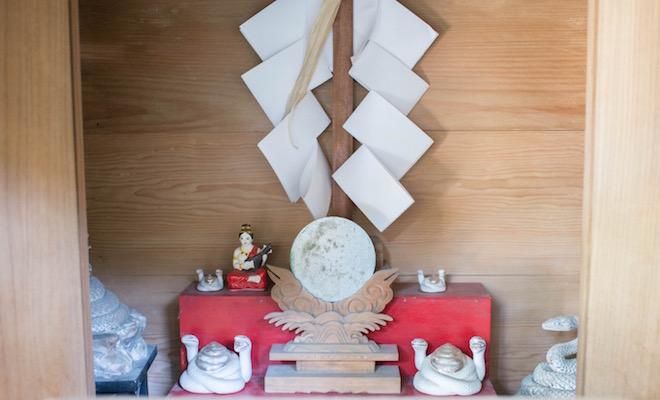 来宮神社にある弁財天。とぐろを巻く白蛇がたくさん
