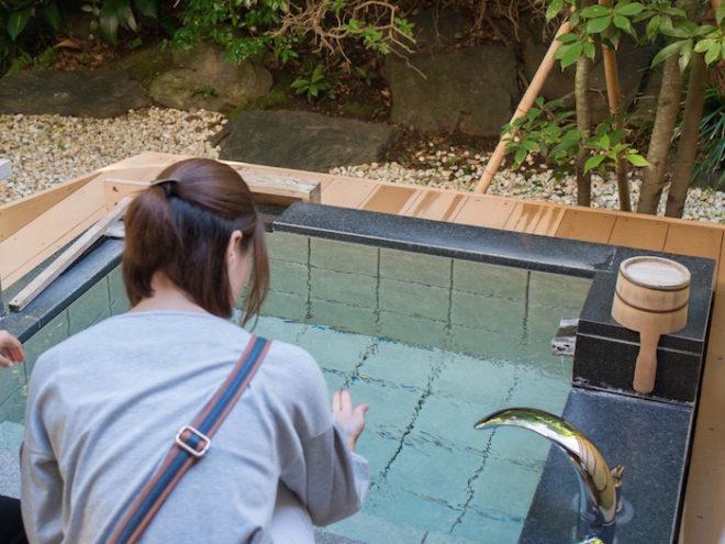 1日7組限定の庭園露天風呂付客室「緑涌」の露天風呂は、全て源泉かけ流し。緑に囲まれた開放的かつプライベートな空間。夜は星を眺めながらゆったりと温泉を楽しめます。