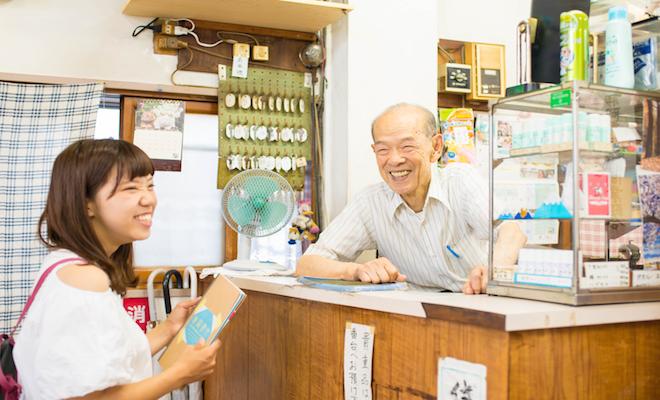 時代とともに変わりゆく町並みの中で、静かに変わらない姿で佇む公衆浴場の番台、小長井正さんに、町における銭湯の役割について教えてもらいました。